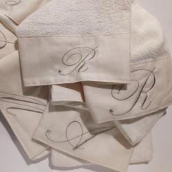cifra iniziale ricamata asciugamano